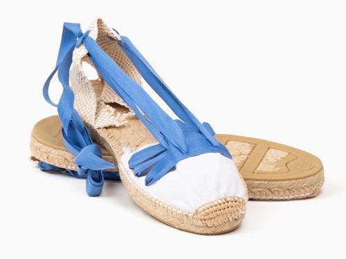 Alpargata plana con cintas LABRIEGA en blanco con cintas color azul
